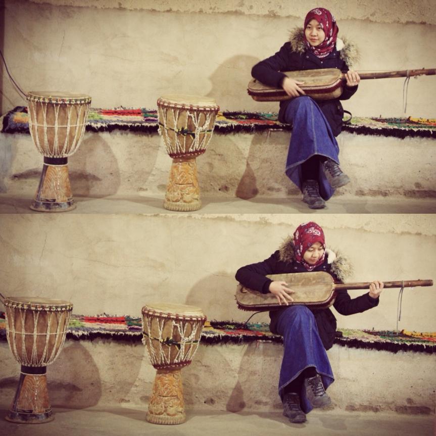Iseng mencoba alat musik tradisional suku pendatang dari Algeria di Maroko. These are camdid pictures