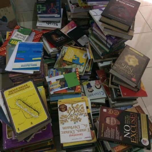 Keluarkan semua buku dari tempatnya