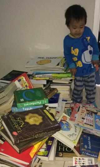 Anak sampai kewalahan melihat banyaknya tumpukan buku